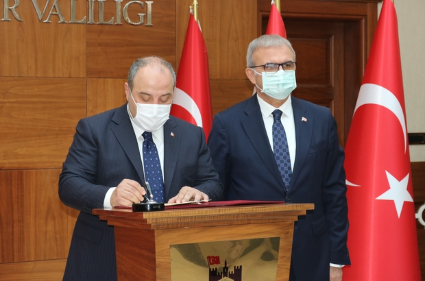"""Bakan Varank Diyarbakır'da 7 projenin imza törenine katıldı Sanayi ve Teknoloji Bakanı Mustafa Varank: """"Bu ziyaretle birlikte ilimize yaklaşık 70 milyon liralık bir yatırımı kazandırmış oluyoruz"""" """"Tohumculuk Araştırma ve Geliştirme Merkezi Projesiyle Diyarbakır Teknokent'teki 400 metrekarelik alanda tohum analiz, tescil ve sertifikasyon laboratuvarı kuracağız"""" """"Diyarbakır'ı gastro-turizmle de geliştirmek istiyoruz, Gastro İnovasyon Merkezi kuracağız"""" """"Çocukları hain terör örgütü tarafından dağa kaçırılan ve onlara kavuşma ümidiyle 1 yılı aşkın süredir evlat nöbeti tutan Diyarbakır annelerini buradan selamlıyorum"""""""