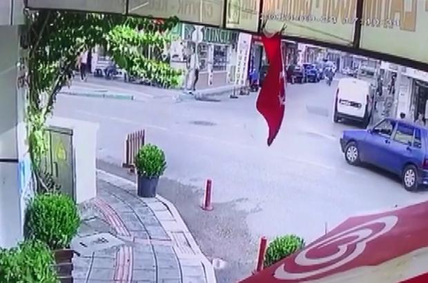 Bursa'da inanılmaz olay...Kapı açıldı çocuk böyle düştü Bursa'da seyir halinde kapısı açılan otomobilden düşen 3 yaşındaki çocuk ölümden döndü