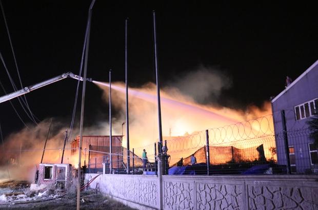 Kocaeli'deki palet fabrikası yangını 2 saatte kontrol altına alındı Söndürülen yangında soğutma çalışmaları devam ediyor Yanan fabrikada maddi hasar meydana geldi