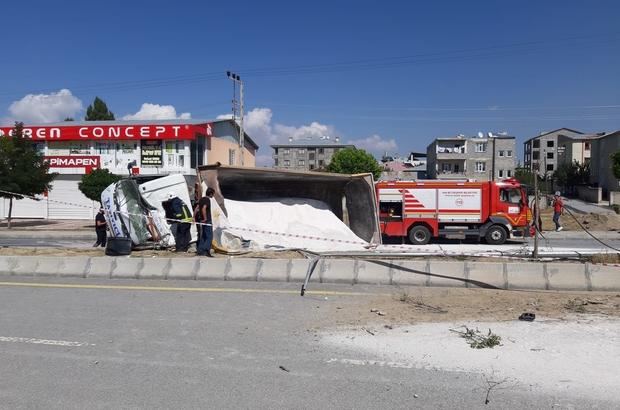 Freni boşalan kamyon yan yattı: 1 yaralı