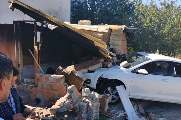 Otomobil evin müştemilatına girdi