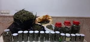 Sakarya'da 10 kilo 180 gram kubar esrar ele geçirildi: 2 gözaltı Satın alacağı esrarı kavanozlara doldururken suçüstü yapıldı