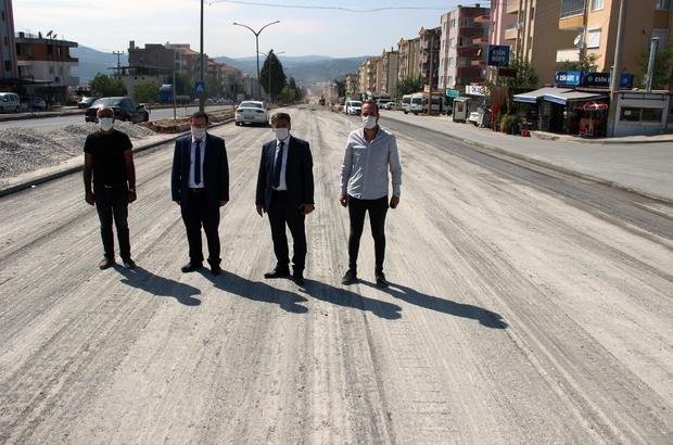 Ölüm yolunda çalışmalar devam ediyor Yatağan ilçe merkezinden geçen İnönü Bulvarındaki iyileştirme çalışmaları aralıksız sürerken, Kaymakam Onur Kökçü ve Belediye Başkanı Mustafa Toksöz çalışmaları yerinde inceledi.