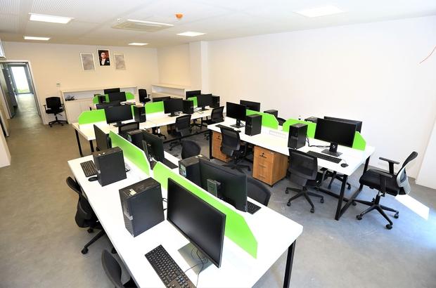 Büyükşehir'in Bilgisayarları çocukların hizmetinde Muğla Büyükşehir Belediyesi bilgisayarlarını pandemi nedeniyle uzaktan eğitim için çocukların hizmetine sundu.