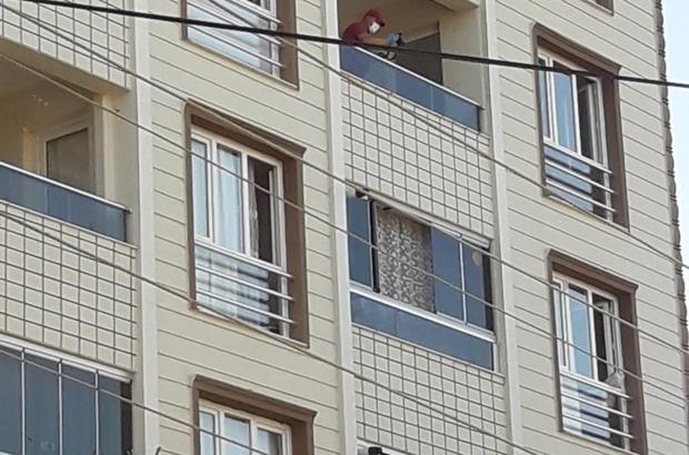 1.5 yaşındaki Ceylin Azra, 5. kattan düşerek yaşamını yitirdi İzmir'de acı olay: Balkonda sandalye üzerine çıkan minik Ceylin 5. kattan düştü