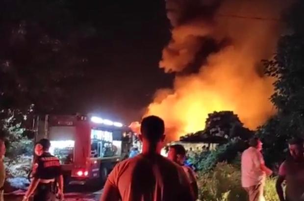 Bursa'da soğuk hava deposunda büyük yangın Gecenin karanlığını kızıla boyayan alevler gökyüzüne yükseldi, vatandaşlar korona virüse rağmen yangını meraklı gözlerle izledi