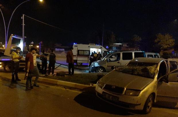 Hafif ticari araç ve otomobil çarpıştı: 6 yaralı