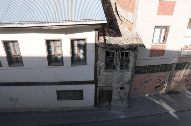 2 metre enindeki ev görünümüyle dikkat çekiyor Sivas'ta konağın ve apartmanın arasında adeta kaybolan 2 metre enindeki 2 katlı eski ev görünümüyle dikkat çekiyor.