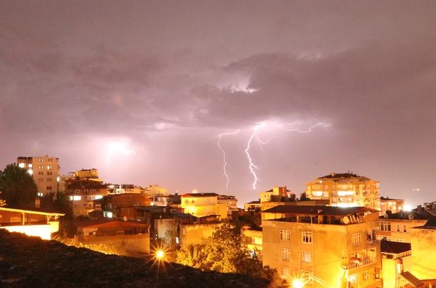 Samsun'da şimşekler geceyi aydınlattı