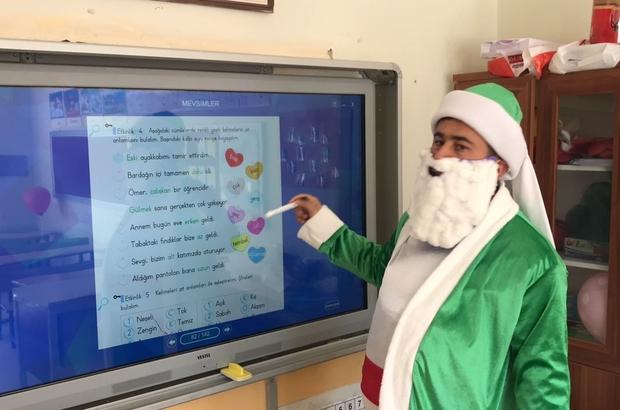 Bulduğu yöntemle uzaktan eğitimi eğlenceli hale getirdi İlkokul öğretmeni uzaktan eğitimi öğrenciler açısından eğlenceli hale getirmek için Türk masal kahramanlarının kostümleri ile ders anlatıyor
