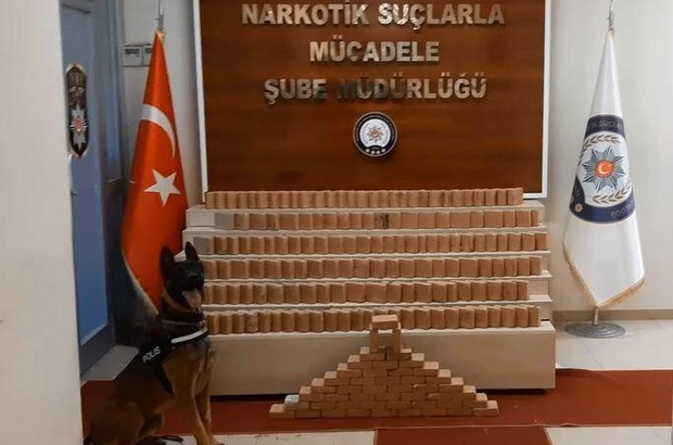 Van polisi kamyonete 102 kilo eroin ele geçirdi Polis, ele geçirilen eroin paketleri ile 'Karabağ' yazısı oluşturdu