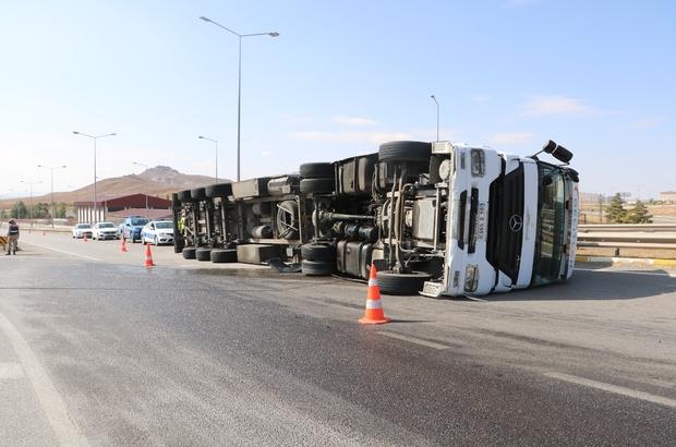 Sivas'ta tır devrildi: 1 yaralı Sivas'ta tırın devrilmesi sonucu meydana gelen trafik kazasında araç sürücüsü yaralandı.