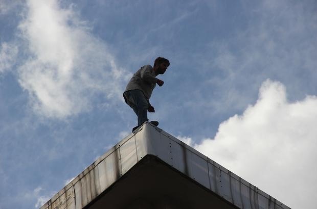 Banka çatısındaki şahsı görenler, Covid-19'u unuttu Sivas'ta banka çatısına çıkarak intihar etmek isteyen şahsı izleyen meraklı vatandaşlar Covid-19'u hiçe saydı