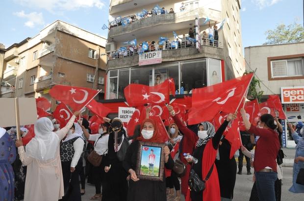 Şırnak annelerinin HDP önündeki eylemi 4'üncü haftasında HDP'liler acılı ailelerin açıklama yapmasını tencere ve tavalara vurarak engellemeye çalıştı