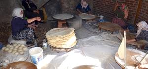 Kadınların imece usulü kış hazırlığı Uzun süre bayatlamayan yufka ekmeklerle aile bütçesine katkı sağlıyorlar