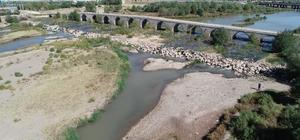 Türkiye'nin en uzun nehrinde su seviyesi düştü Türkiye'nin en uzun nehri Kızılırmak'ta su seviyesinde gözle görülür oranda düşüş yaşanıyor