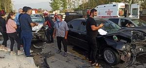 Sakarya'da iki araç kafa kafaya çarpıştı: 3 yaralı Otomobilde sıkışan sürücü, ekiplerin yardımıyla sıkıştığı yerden kurtarıldı