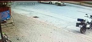 Motosikletin otomobilin altına girdiği anlar kamerada Kazada motosiklet sürücüsü yaralandı