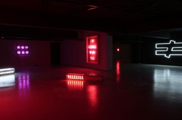 Neon ve ışığın çağdaş sanata yansıması bu sergide