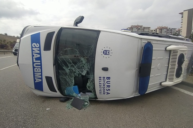 Bursa'da sis faciası...Ambulans takla attı: 5 yaralı Otomobilin yoğun siste arkadan çarptığı ambulans takla attı 5 yaralı