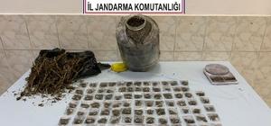 Mezarlık içerisinde bulunan çalılık alana 1 kilo 900 gram kubar esrar gizlemişler Jandarma ekiplerince düzenlenen operasyonda 1 şüpheli gözaltına alındı