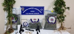 Sakarya İl Emniyet Müdürlüğü ekipleri uyuşturucu tacirlerine göz açtırmıyor Operasyonda 1 kilo 845 gram hint keneviri ele geçirilirken 2 şüpheli gözaltına alındı
