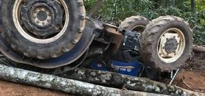 Sakarya'da ağaç yüklü traktör devrildi: 1 yaralı