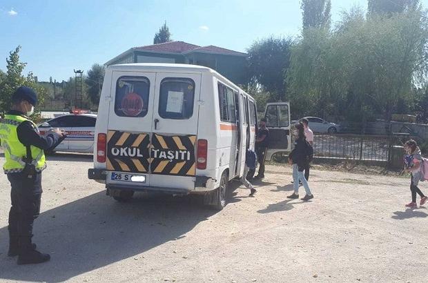 Miniklerin güvenle seyahati için jandarma denetimlerini arttırdı Kurallara uymayan 5 sürücüye 3 bin 200 TL idari para cezası uygulandı