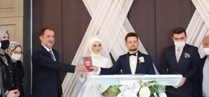 Belediye Başkanı Şahin kızına nikah cüzdanının kendisi verdi