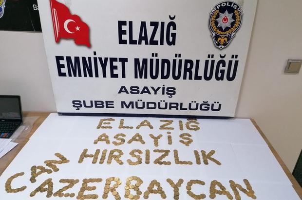 """Elazığ'da yüzlerce sahte altın ele geçirildi, 4 şüpheli yakalandı Polis, ele geçirilen tuğralı sahte altınlarla """"Can Azerbaycan"""" yazarak Azerbaycan'a destek mesajı verirken, bir kişiyi 35 bin TL dolandıran ve 67 suç kaydı bulunan 4 şüpheli adliyeye sevk edildi"""