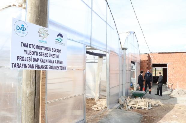 Suşehri'nde seracılık eğitimi verilecek Sivas'ın Suşehri ilçesinde bulunan Sezai Karakoç  Mesleki ve Teknik Anadolu Lisesi uygulama arazisine kurulan 528 bin metrekarelik seranın yapımı tamamlandı. Serada bu yıl 200 çiftçi ve öğrenciye seracılık eğitimi verilecek.