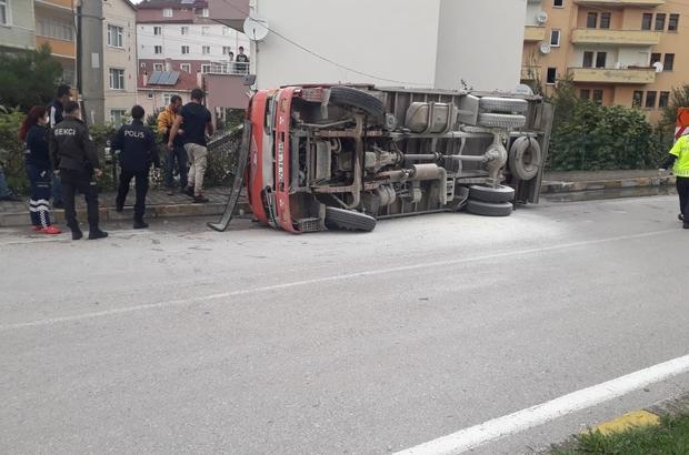 İnşaat malzemeleri yüklü kamyon devrildi: 2 yaralı