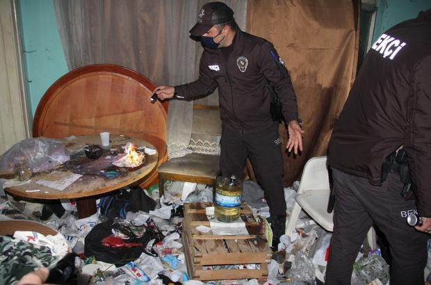 Metruk çöp ev uyuşturucu yuvası oldu Gece bekçilerinden şok baskın