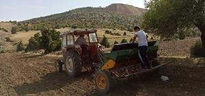 """Zorluklara rağmen Anadolu'da sonbahar ekiminin telaşı başladı Pandemi dönemi tarımsal üretimin önemi bir kez daha ortaya çıkardı Çabalarını sürdüren çiftçiler; 'Üretmeyince yemek olmuyor"""" Eskişehir'in Mihalıççık ilçesine bağlı Karaçam köyünden Hüdayi Turgut; """"Çiftçinin kıymetini bilmek lazım"""" """"Devlet biraz daha çiftçiye destek olurlarsa iyi olur"""" """"Toprağı koyup gidemiyorum, vicdanım el vermiyor"""""""