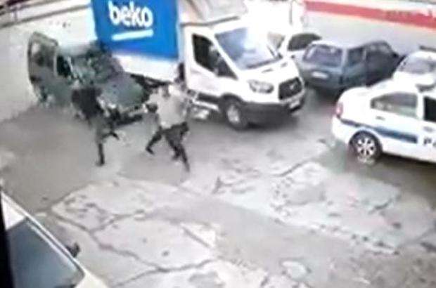 Hafif ticari araç tamirciye girdi Adana'da sürücüsünün direksiyon hakimiyetini kaybettiği hafif ticari araç tamirciye girerken 3 kişi aracın altında kalmaktan son anda kurtuldu