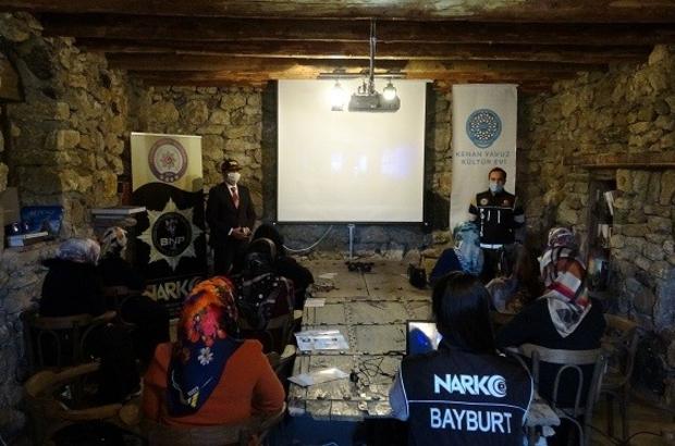 Bayburt'ta 98 anneye narkorehber eğitimi verildi