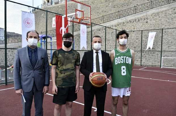 Gümüşhane'de 35 semt sahasının yapımı tamamlandı Vali Taşbilek ceketini çıkarıp gençlerle basketbol oynadı