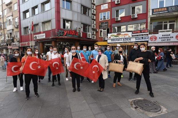 Balıkesir'de vatandaşlara 27 bin bayrak dağıtıldı Balıkesir Kırmızı Beyaza boyandı
