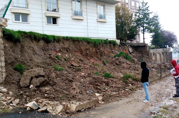 Tekirdağ'da 5 katlı apartmanın istinat duvarı yola yıkıldı