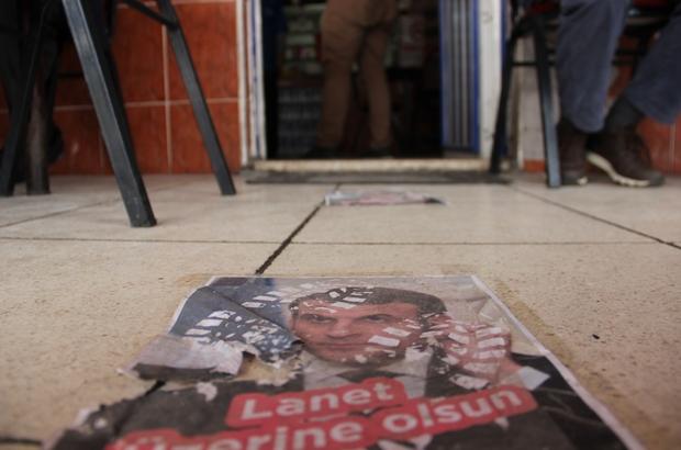 """Macron'un fotoğraflarını yere serip üzerinden geçtiler Manisa'da bir kahvehanede müşteriler Macron'un fotoğrafına basarak içeri giriyor Manisalı kahvehane işletmecisi Çetin Akar: """"Fransa, Macron'un halini buradan görün, yerlerdedir"""""""