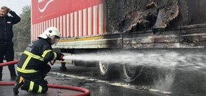 TEM de tır yandı Soğukkanlı sürücü yanan tırını sol şeride çekerek kazaları önledi