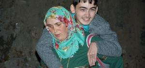 Cefakar annenin engelli oğlu için yol çilesi Giresun'un Çanakçı ilçesinde Nazmiye Özdemir, servis araçlarının çıkamadığı rampa yüzünden 16 yaşındaki engelli oğlunu yola kadar 1 km sırtında taşıyor
