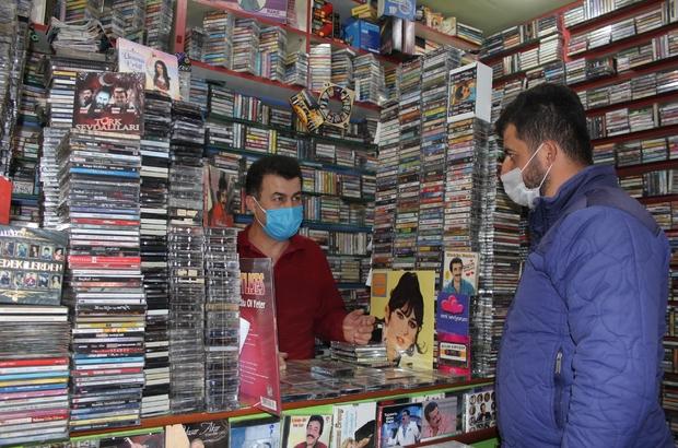 """Müzikteki dijitalleşmeden etkilenmedi, 40 yıldır kaset satıyor Isparta'da küçük dükkanına binlerce kaset sığdıran Kemal Çelik, nostalji yaşatıyor Yurt dışından bile müşterileri olan Kemal Çelik: """"Kaset fabrikalarının yeniden açılacağına inanıyorum"""""""