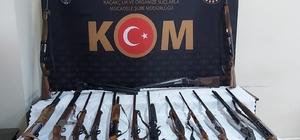 Ordu merkezli silah kaçakçılığı operasyonu: 45 gözaltı Ordu'nun 7 ilçesi ile toplamda 6 farklı ilde düzenlenen operasyonda, aralarında tarihi eser niteliğindeki silahların ve diğer eşyaların da bulunduğu malzemeler ele geçirildi