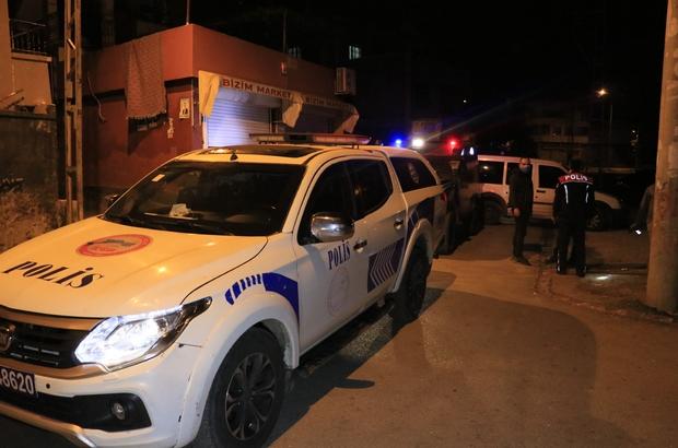 Motosikletli kişilerin silahlı saldırısına uğrayan 2 kişi yaralandı Silahlı saldırının gerçekleştiği sokakta polis 20'in üzerinde boş kovan buldu