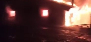 Alevlere teslim olan ev kullanılamaz hale geldi Ev yangınını canlı yayınlayan muhtar panik anlarını spiker gibi anlattı