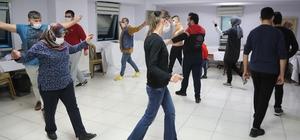 """Denizli'de kış dönemi kursları başladı Pamukkale Belediyesi kış dönemi kurslarına başladı Başkan Örki; """"12 dalda planlanan kurslarımızda çalışmalar başladı"""" Kursiyerlerden Esra Hız; """"Birçok yöresel halk oyunlarını öğreniyoruz"""""""
