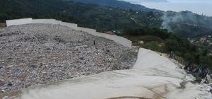 """Belediye Başkanı """"vahşi depolama yapılıyor"""" dedi, """"facia"""" uyarısını tekrarladı Trabzon ve Rize illerinin çöp sorununu çözmek için 12 yıl önce Trabzon'un Sürmene ilçesinde faaliyete başlayan çöp depolama tesisinin kapasitesinin aştığı iddiası tedirginliğe neden oluyor Sürmene Belediye Başkanı Rahmi Üstün: """"Çok fazla yüklenme olduğu için herhangi bir hareketlenme anında önüne yapılan duvarların bu yükü taşımayacağını düşünüyoruz"""""""