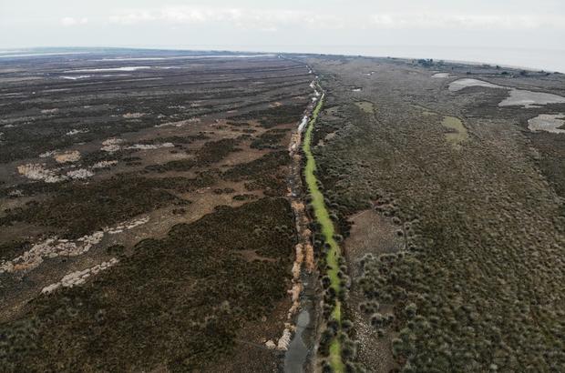 """Kızılırmak Deltası alarm veriyor Deltada kuraklık tehlikesi her geçen gün artıyor Kızılırmak Deltası'nda susuzluktan çatlayan topraklar havadan görüntülendi Prof. Dr. Demir: """"Deltadaki su seviyesi neredeyse can çekişen bir noktaya doğru gidiyor"""""""