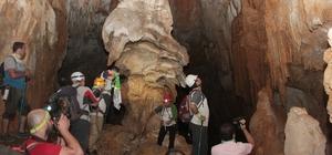 70 metre derinlikte ve 385 metre boyundaki ejder mağarası merak uyandırıyor Mantar görünümündeki dev kayalar ziyaretçilerin ilgisini çekiyor Gizemli mağaralar maceraseverlerden yoğun ilgi görüyor